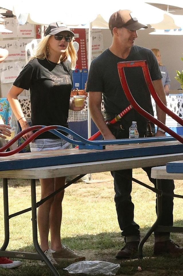 Anna Faris with Michael Barrett at a carnival, along with her son Jack (not pictured), on Sept. 9. (Photo: WAGO / BACKGRID)