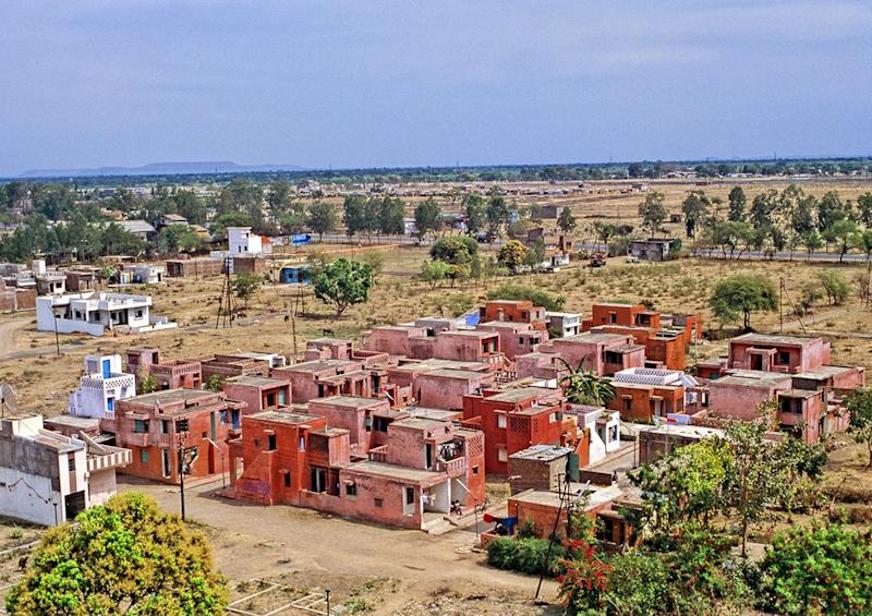 Like many of Doshi's designs, Aranya was created to accommodate those Indians living with low and middle incomes.