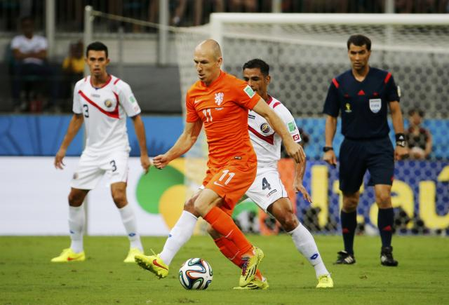 Arjen Robben of the Netherlands (11) fights for the ball with Costa Rica's Michael Umana during their 2014 World Cup quarter-finals at the Fonte Nova arena in Salvador July 5, 2014. REUTERS/Sergio Moraes (BRAZIL - Tags: SOCCER SPORT WORLD CUP)