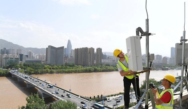 China Telecom technicians test an equipment at the 5G network base station near Yellow River in Lanzhou, Gansu province, China May 16, 2019. Photo: Reuters