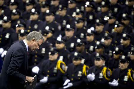 New York Mayor Bill de Blasio walks away from the podium after speaking to the New York City Police Academy Graduating class in New York December 29, 2014.  REUTERS/Carlo Allegri