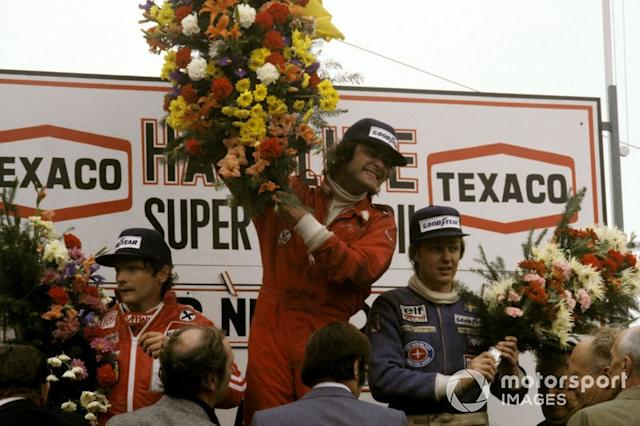 "Podio: Secondo classificato Niki Lauda, Ferrari, il vincitore della gara Gunnar Nillson, Lotus, terzo classificato Ronnie Peterson, Tyrrell <span class=""copyright"">Sutton Motorsport Images</span>"