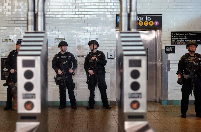 New York officers guard a subway-station entrance at Times Square on November 19, 2015, amid heightened security in the wake of the Paris attacks and an IS propaganda video threatening the city (AFP Photo/Jewel Samad)