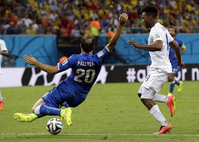 England's Daniel Sturridge, right, is challenged by Italy's Gabriel Paletta during the group D World Cup soccer match between England and Italy at the Arena da Amazonia in Manaus, Brazil, Saturday, June 14, 2014. (AP Photo/Matt Dunham)
