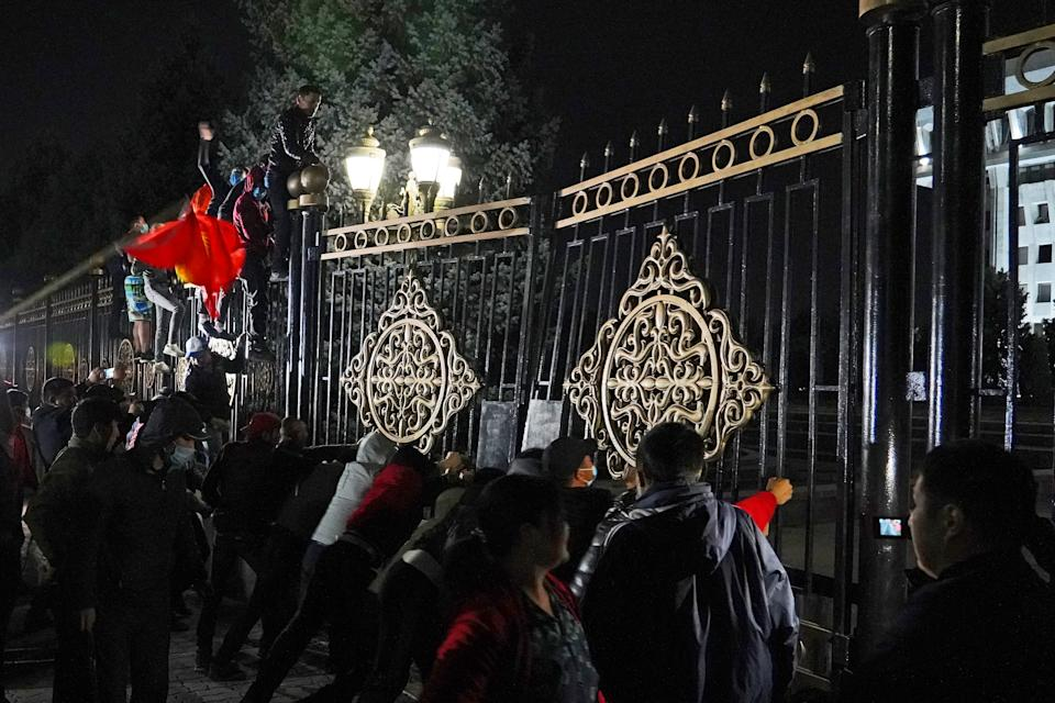 BISHKEK, KYRGYZSTAN - OCTOBER 5, 2020: Participants in a rally against the results of the 2020 Kyrgyz parliamentary election assault the gates of the White House. Protesters deny the legitimacy of the election results, claiming the winning parties resorted to mass bribery of voters, and the authorities abused state resources during the pre-election period. Abylai Saralayev/TASS (Photo by Abylai Saralayev\TASS via Getty Images)