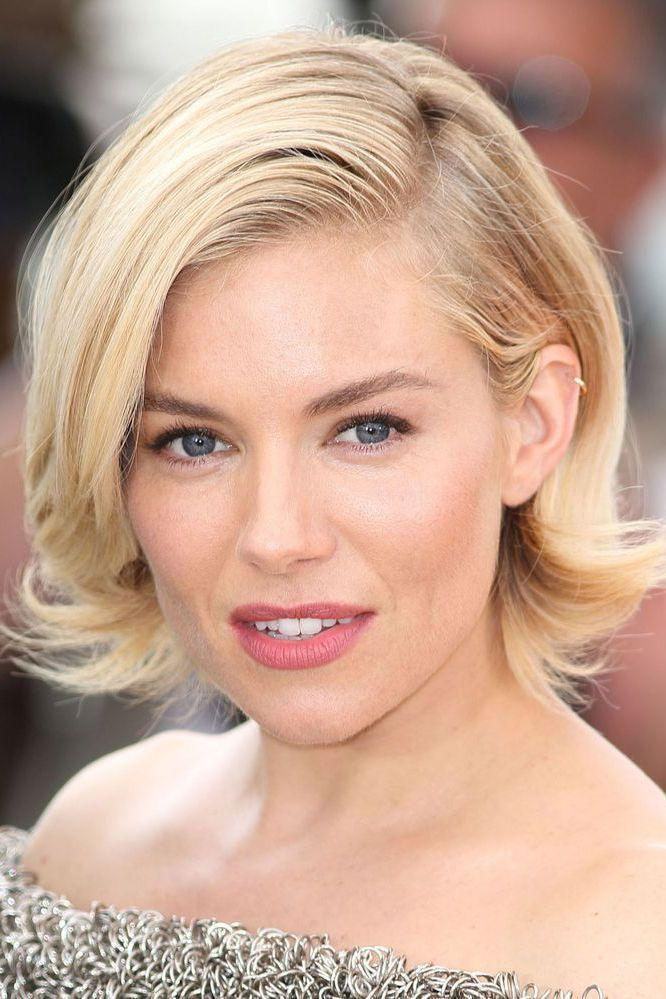 <p>Every time we grow our hair out we see Sienna Miller's bob and immediately we want to chop it all off again.</p>