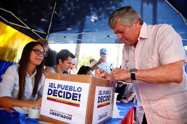 <p>Leopoldo Lopez Gil, father of Venezuelan opposition leader Leopoldo Lopez, votes during an unofficial plebiscite against Venezuela's President Nicolas Maduro's government in Rome, Italy July 16, 2017. (Tony Gentile/Reuters) </p>