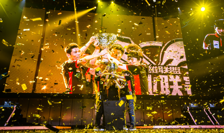 LGD claimed the 2015 LPL Summer trophy in Hangzhou (LGD weibo)