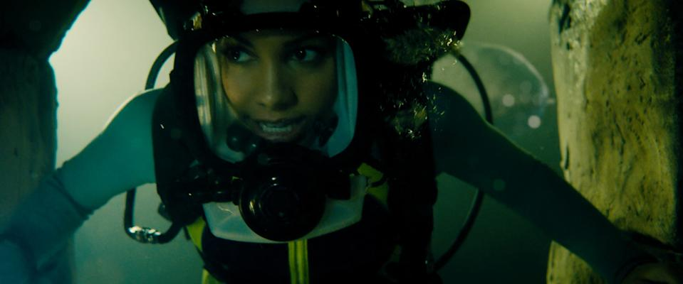 Corinne Foxx goes for a deep dive in '47 Meters Down: Uncaged' (Photo: Entertainment Studios Motion Pictures / courtesy Everett Collection)