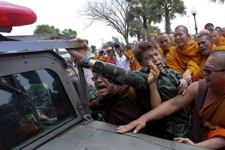 Buddhist monks scuffle with a soldier during a protest against state interference in religious affairs near a temple in Nakhon Pathom province on the outskirts of Bangkok, Thailand, February 15, 2016.  REUTERS/Dailynews