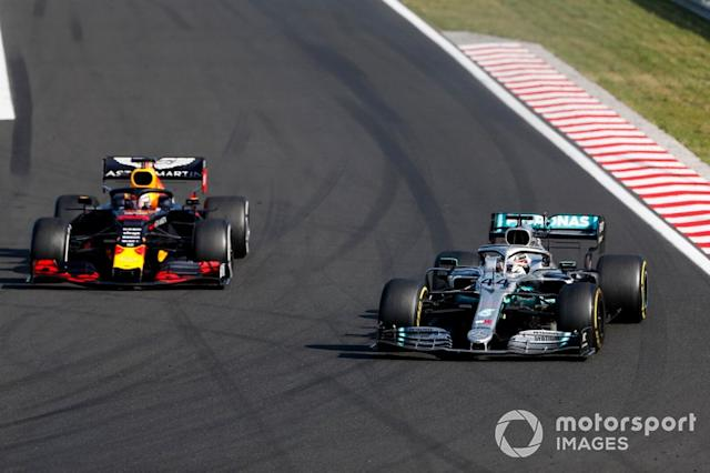 "Lewis Hamilton, Mercedes AMG F1 W10 adelanta a Max Verstappen, Red Bull Racing RB15 para el liderato <span class=""copyright"">Sam Bloxham / LAT Images</span>"