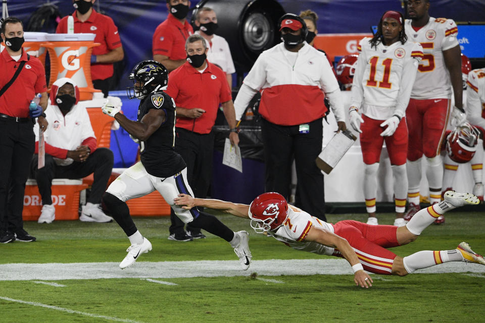 Devin Duvernay sprints past the Chiefs' special teams to score a kickoff return TD.