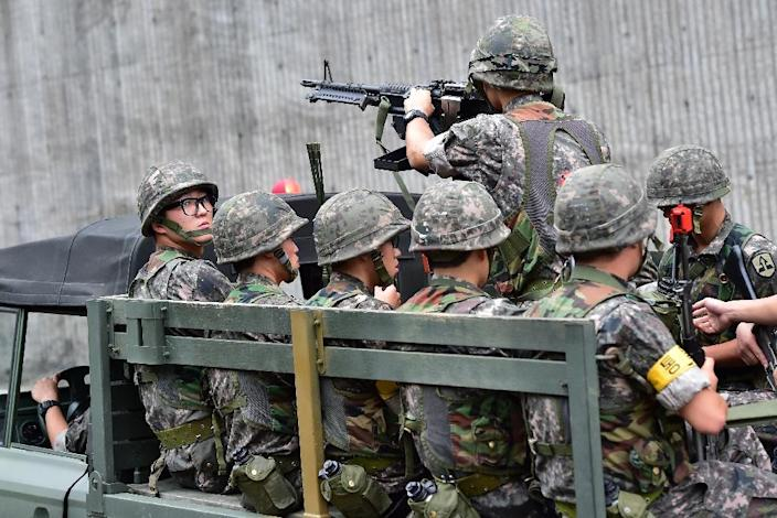South Korean soldiers during an anti-terror drill as part of the annual Ulchi Freedom exercise, outside a tunnel in Seoul on August 18, 2014 (AFP Photo/Jung Yeon-Je)