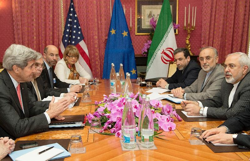 US Secretary of State John Kerry (L) meets with Iran's Foreign Minister Javad Zarif (R) over Tehran's nuclear program in Lausanne, Switzerland, on March 20, 2015 (AFP Photo/Brian Snyder)