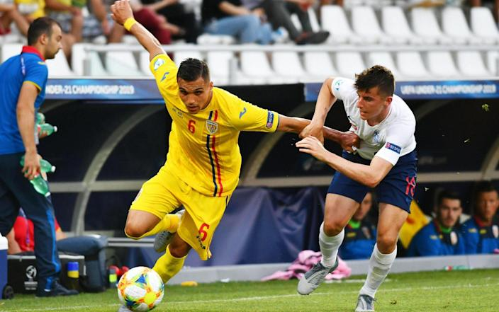 Cristian Manea (L) of Romania in action against Mason Mount (R) of England during the UEFA European Under-21 Championship 2019 group C soccer match between England and Romania in Cesena, Italy, 21 June 2019 - ALESSIO TARPINI/EPA-EFE/REX