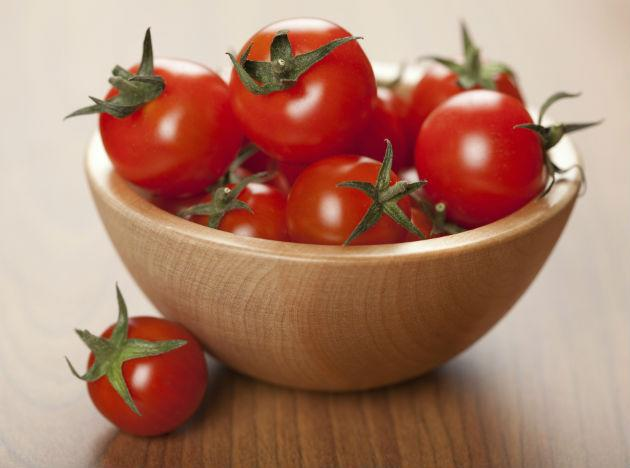 <b>Tomatoes: </b> Tomatoes contain lycopene (a phytochemical) that is known to lower cholesterol, cut risk of colorectal cancer and heart disease. Studies show that men who regularly eat food rich in lycopene have lesser chances of developing prostate cancer and heart disease. You might want to start enjoying tomato sauce as it has more lycopene. Cooked tomato works much better on your body that raw ones. So start adding it to your vegetables and salads. Tomato is also known to improve memory and other signs of aging.