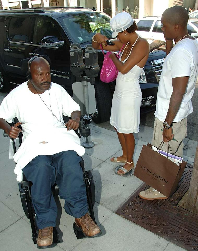 "Kelis does her good deed of the day and gives a handicapped man ten dollars. London Entertainment/<a href=""http://www.splashnewsonline.com"" target=""new"">Splash News</a> - August 16, 2007"