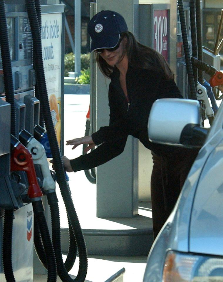 "Charlotte York would never pump her own gas on ""Sex And The City,"" but Kristin Davis shows she has no problems with it at all. <a href=""http://www.splashnewsonline.com"" target=""new"">Splash News</a>"