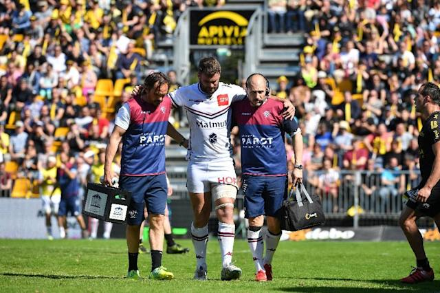 Bordeaux's Marco Tauleigne (C) is helped off the pitch during their match against La Rochelle on April 08, 2017 (AFP Photo/XAVIER LEOTY)