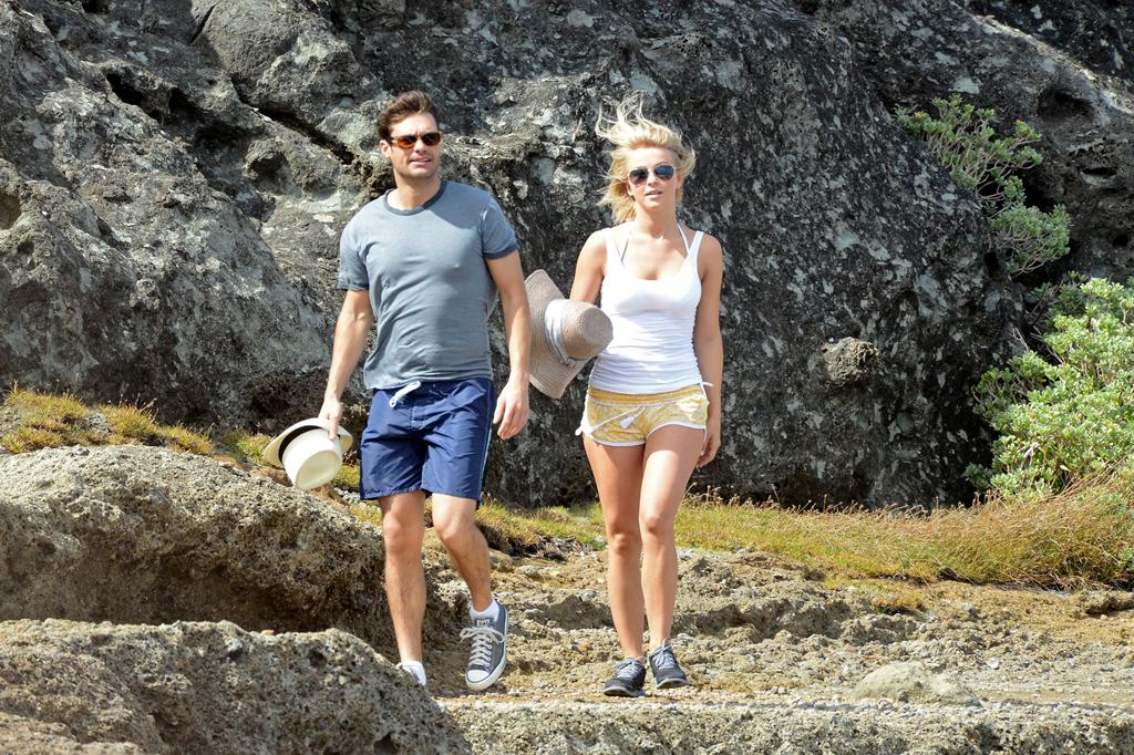 Seacrest and Hough, who have been dating since 2010, also donned straw hats (cute!) and laced up for a morning hike around the scenic island. (1/4/2013)