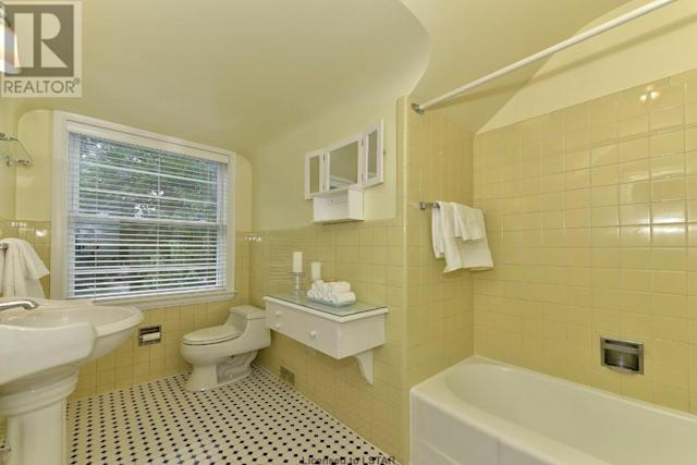 <p><span>1058 Fraser Ave., London, Ont.</span><br> There are three-and-a-half bathrooms, including this one with vintage tile.<br> (Photo: Zoocasa) </p>