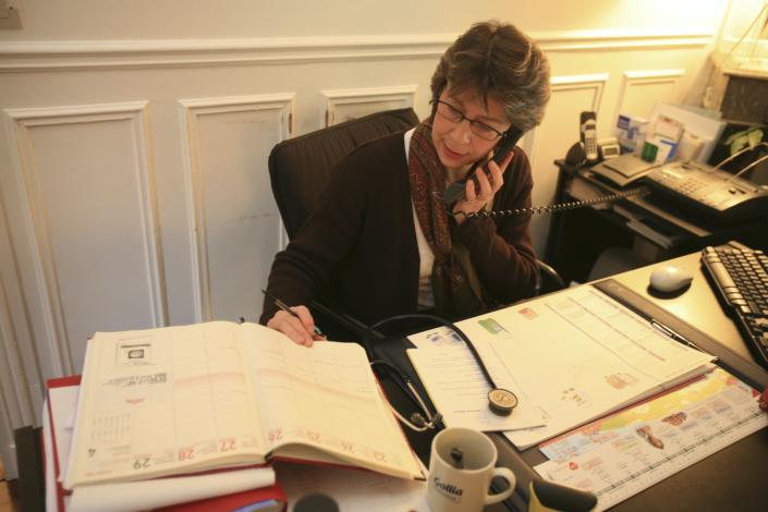 """<span class=""""caption"""">A doctor talks to a patient over the telephone.</span> <span class=""""attribution""""><a class=""""link rapid-noclick-resp"""" href=""""https://www.gettyimages.com/detail/news-photo/photo-essay-from-doctors-office-news-photo/151058482?adppopup=true"""" rel=""""nofollow noopener"""" target=""""_blank"""" data-ylk=""""slk:BSIP/UIG Via Getty Images"""">BSIP/UIG Via Getty Images</a></span>"""