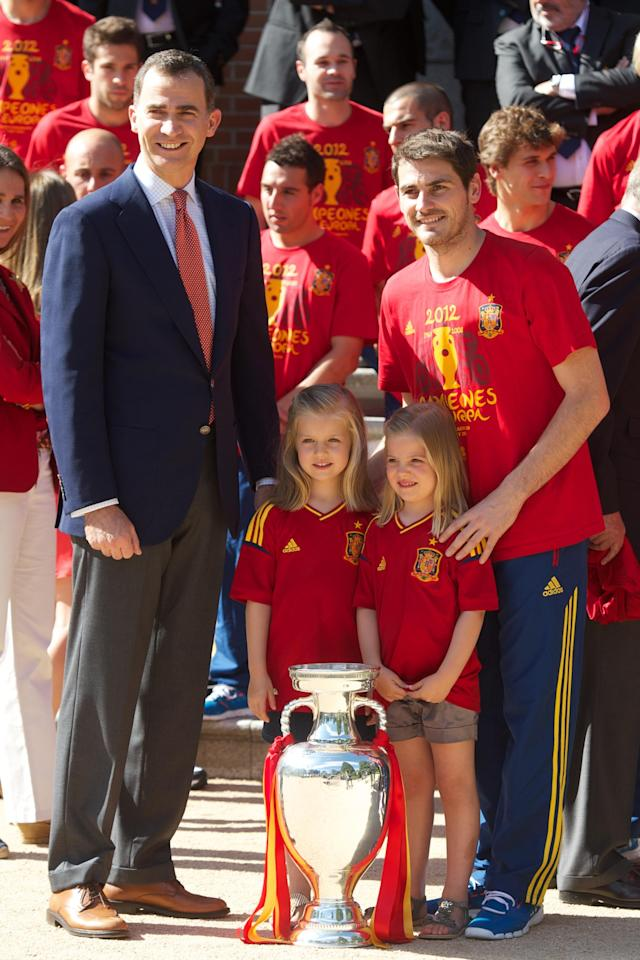 MADRID, SPAIN - JULY 02: (L-R) Prince Felipe of Spain, Princess Leonor of Spain, Princess Sofia of Spain and Iker Casillas of Spain pose with the UEFA EURO 2012 trophy at Zarzuela Palace on July 2, 2012 in Madrid, Spain. (Photo by Pool/Getty Images)