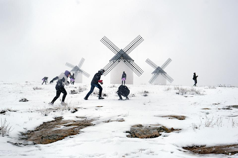 Los molinos de Campo de Criptana, en Ciudad Real, presentan una estampa invernal después de las nevadas causadas por Filomena. (Photo by Rey Sotolongo/Europa Press via Getty Images)