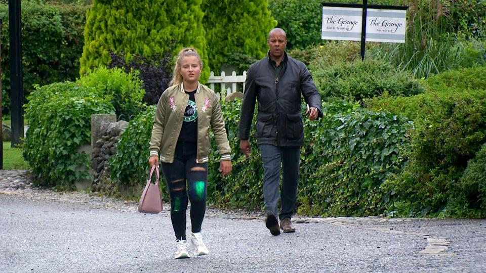 <p>He has spotted her selling a bag which looks the same as the one that was fraudulently charged to his credit card.</p>