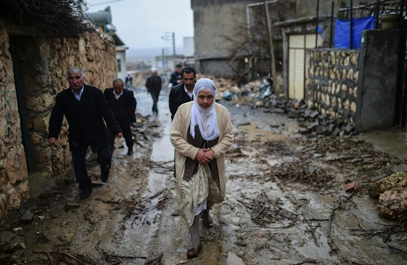 People return to their homes, many damaged during fighting, after a curfew imposed by the Turkish government was lifted on December 30, 2015 in Dargecit in Mardin province (AFP Photo/Bulent Kilic)