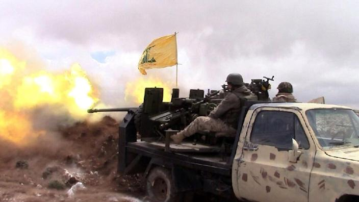 A Hezbollah fighter fires towards Syrian rebel areas on the Syrian side of the Qalamun hills close to the Lebanese border on May 16, 2015 (AFP Photo/-)