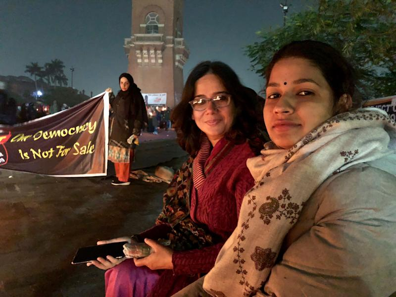 (From left) Political activists Sadaf Jafar andPooja Shukla at the anti-CAA protests in Lucknow on 19 January 2019. (Photo: Betwa Sharma/HuffPost India )