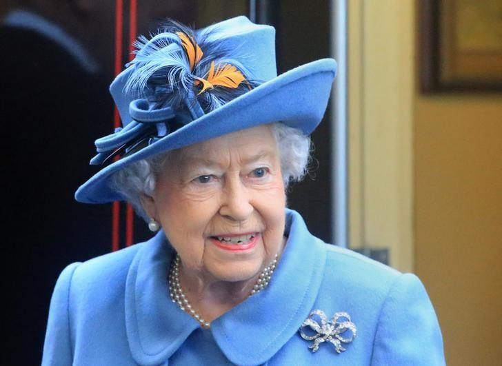 Le danger qui menace la reine Elizabeth sur cette photo