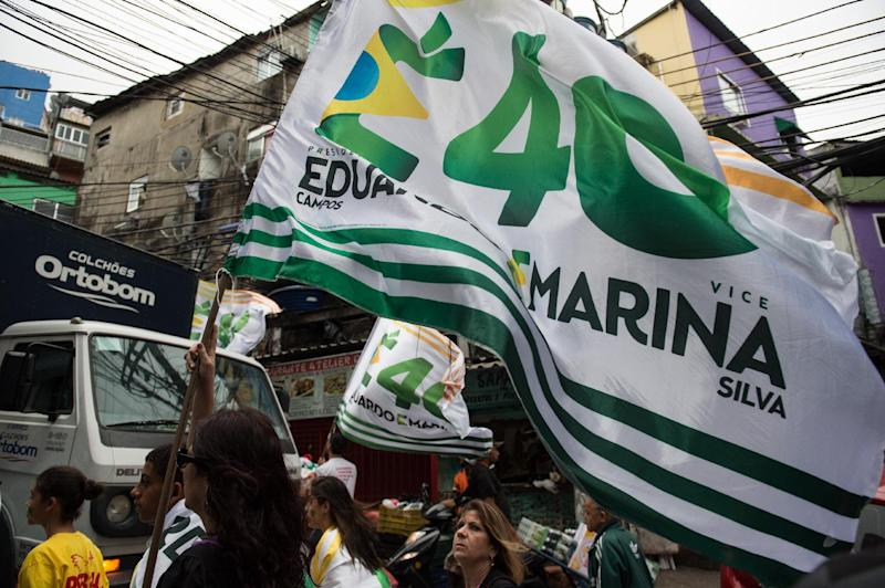 Supporters of the presidential candidate for the Brazilian Socialist Party (PSB), Marina Silva, take part in a campaign rally at the Rocinha favela in Rio de Janeiro, on August 30, 2014 (AFP Photo/Yasuyoshi Chiba)