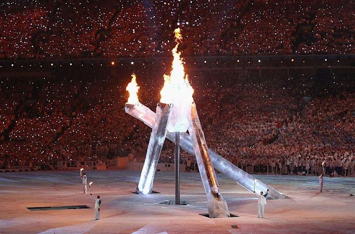 <p>Parapelgic athlete Rick Hansen brings the flame to Canadian superstar athletes including Steve Nash, skiier Nancy Greene, and speed skater Catriona Le May Doan. Wayne Gretzky lights the flame but one of the arms of the main torch malfunctioned and didn't light. </p>