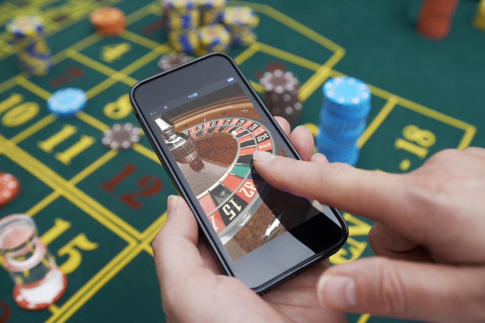 Roulette game being played on smartphone. (Photo: Getty Images)