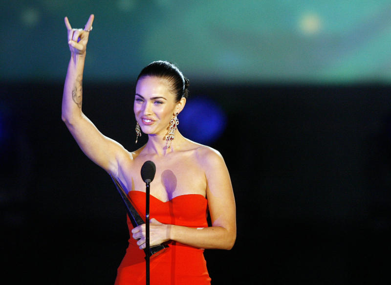"""Actress Megan Fox gestures as she accepts the award for Sci-Fi siren for her role in """"Transformers"""" at the Spike TV's """"Scream 2007"""" show at the Greek theatre in Los Angeles October 19, 2007. The show premieres on Spike TV on October 23. REUTERS/Mario Anzuoni (UNITED STATES)"""