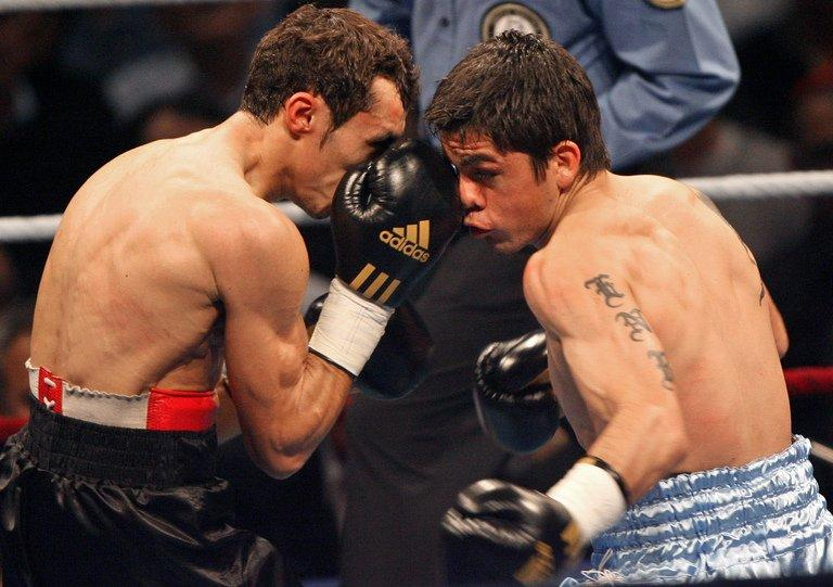 French Brahim Asloum fights against Argentinian Juan Carlos Reveco (right) in Le Cannet on 8 December 2007