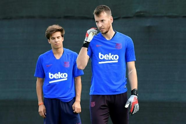 Neto treina com o elenco do Barcelona (Foto: AFP)