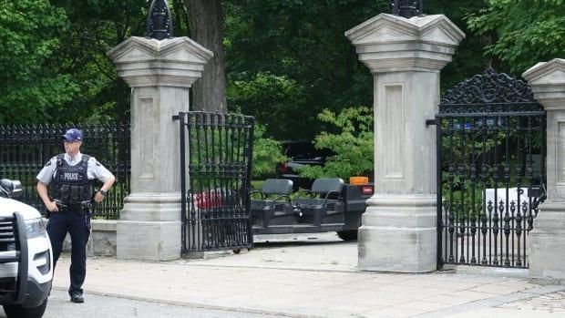 An RCMP officer stands outside the damaged gates of Rideau Hall on July 2, 2020. RCMP Commissioner Brenda Lucki told Public Safety Minister Bill Blair the police service needs to make changes to the way it deals with threats against politicians. (Francis Ferland/CBC - image credit)