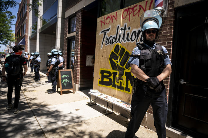 A police officer stands by the entrance to a barber shop during a protest over the death of George Floyd in Chicago, the United States, June 6, 2020. (Chris Dilts/Xinhua via Getty Images)