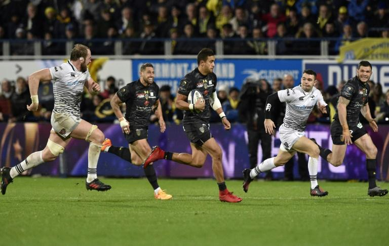 Clermont's winger Peter Betham (C) runs with the ball during the European Rugby Champions Cup rugby union match against Ospreys January 20, 2018