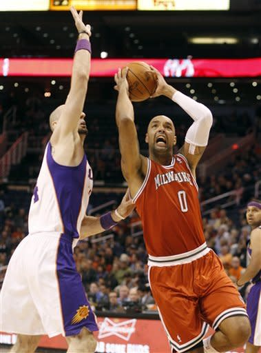 Milwaukee Bucks center Drew Gooden, right, drives around Phoenix Suns center Marcin Gortat, left, of Poland, on his way to the basket in the first quarter of an NBA basketball game, Sunday, Jan. 8, 2012, in Phoenix. (AP Photo/Paul Connors)