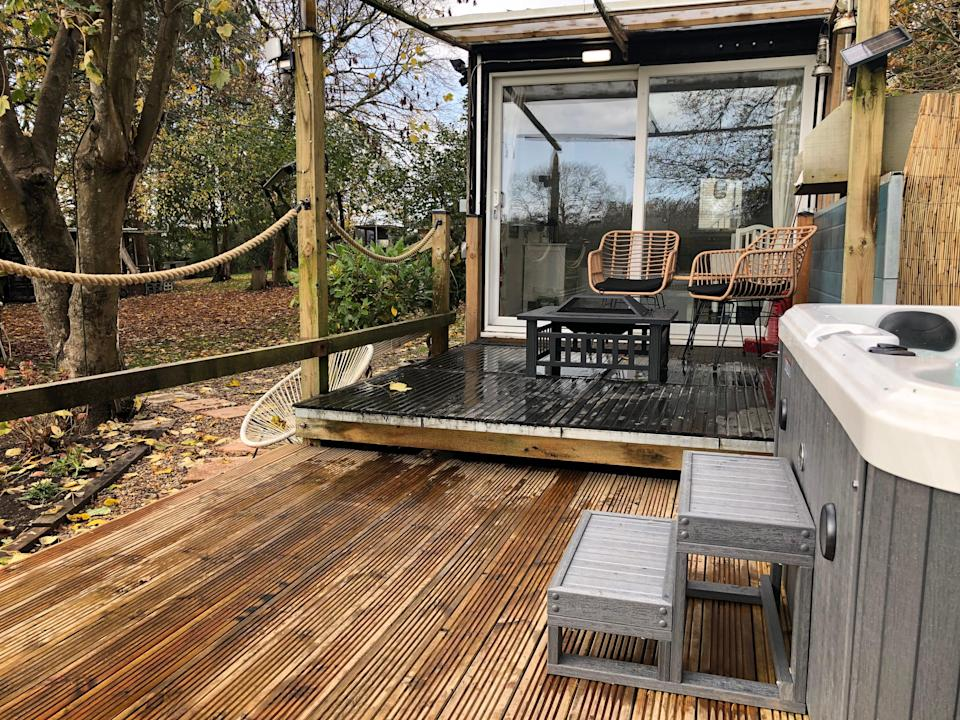 """<strong><a href=""""http://airbnb.pvxt.net/yRRKjv"""" rel=""""nofollow noopener"""" target=""""_blank"""" data-ylk=""""slk:Lynbrook Cabin, Hampshire"""" class=""""link rapid-noclick-resp"""">Lynbrook Cabin, Hampshire</a></strong><br><br>This cute cabin in the New Forest has a six-person hot tub at its disposal. Shower and toilet facilities are in a neighbouring horse box, adding to the quaint factor.<br><br><em>From £115 per night</em>"""
