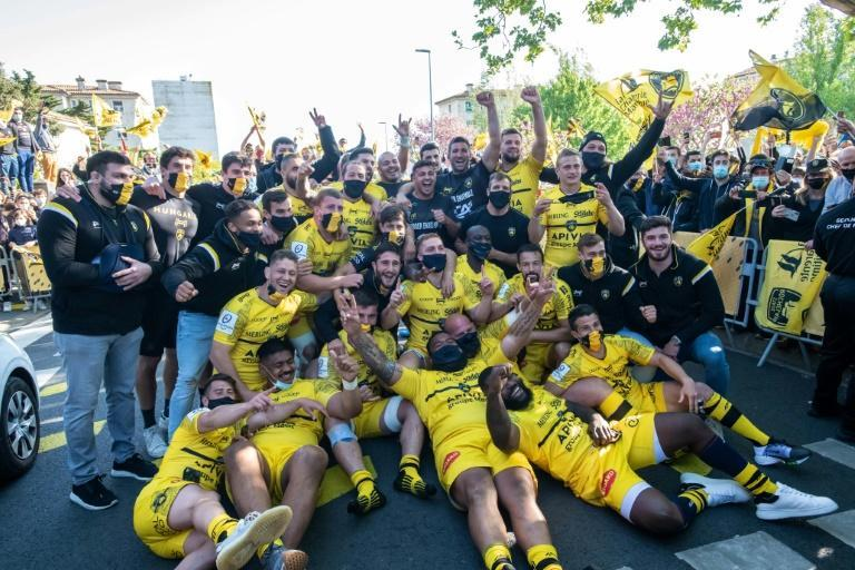 La Rochelle's players celebrated with fans after the game despite France's Covid-19 lockdown rules