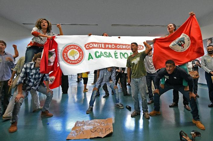 Demonstrators protest against the impeachment of President Dilma Rousseff outside the special committee of impeachment at the National Congress in Brasilia, on April 6, 2016 (AFP Photo/Evaristo Sa)
