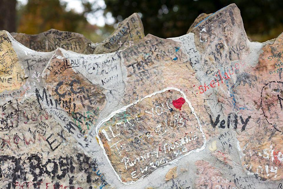 <p>As a tribute to The King, fans leave messages and signatures on the stone wall surrounding the Graceland property. </p>