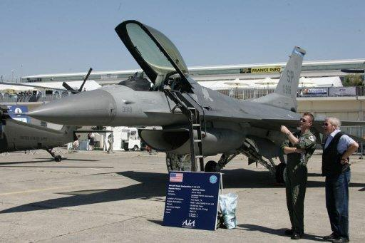 US Air Force Pilot gives explanations next to a F-16 C/D jet in 2005