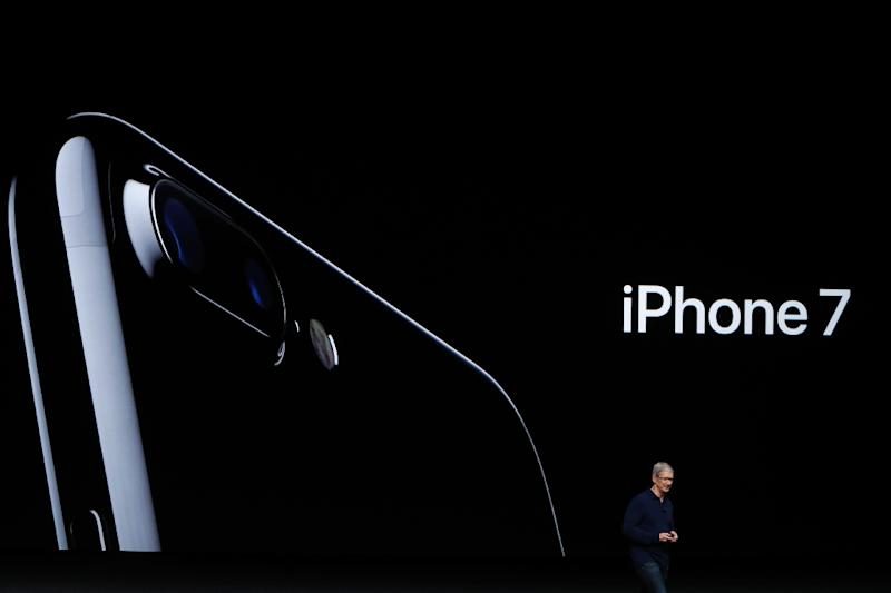 Apple CEO Tim Cook announces the new Apple iPhone 7 during a launch event on September 7, 2016 in San Francisco, California (AFP Photo/Stephen Lam)