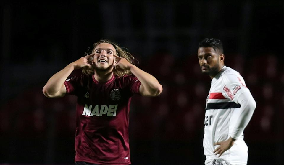 Argentina's Lanus Pedro De La Vega (L) celebrates after scoring against Brazil's Sao Paulo during their closed-door Copa Sudamericana second round football match at Morumbi Stadium in Sao Paulo, Brazil, on November 4, 2020, amid the COVID-19 novel coronavirus pandemic. (Photo by FERNANDO BIZERRA / POOL / AFP) (Photo by FERNANDO BIZERRA/POOL/AFP via Getty Images)